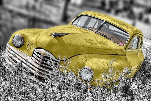 telewizja żółty samochód