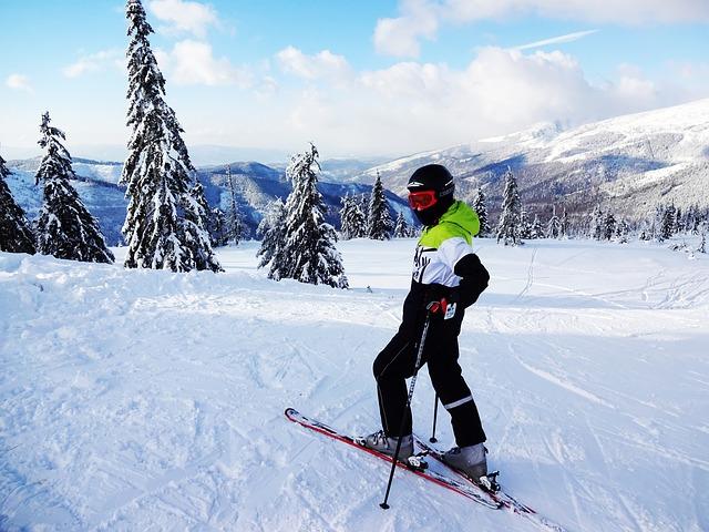 narciarz na stoku w górach