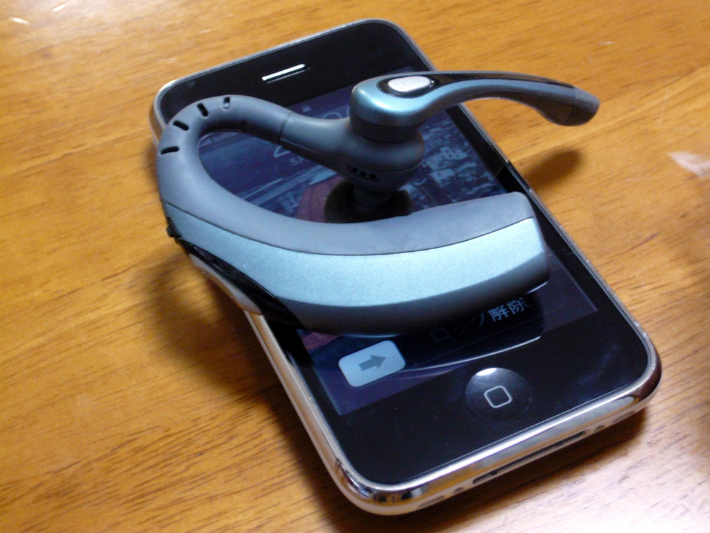 smartfon i zestaw słuchawkowy