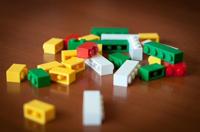 rozrzucone klocki lego
