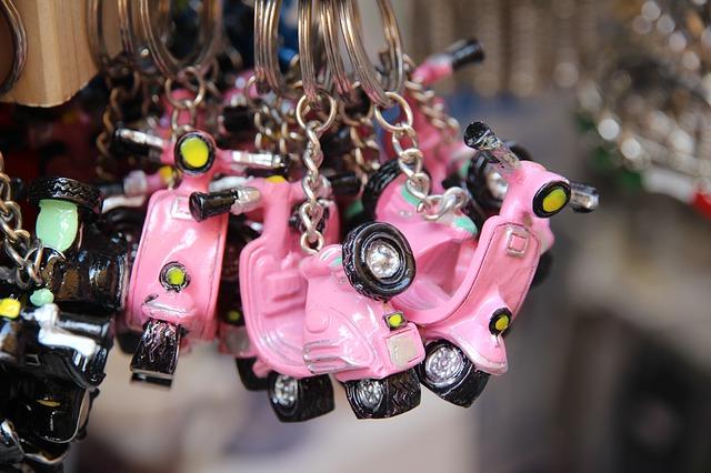 breloczki w kształcie różowych skuterów