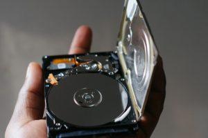 Obracające się dyski można zastąpić czysto tranzystorowym napędem SSD. Źródło: Pixabay.com.