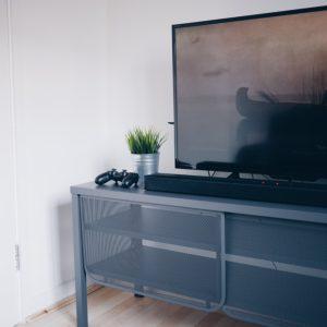 Obecne możliwości fabryk faworyzują rynkowo telewizory QLED względem OLED-ów. Źródło: Pixabay.com.