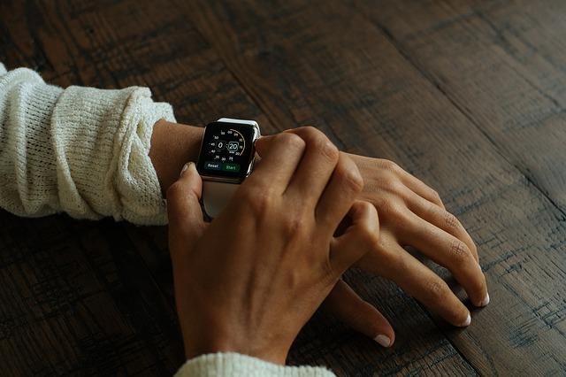 Smartwatch i smartband – akcesoria odzieżowe, czy elektronika?