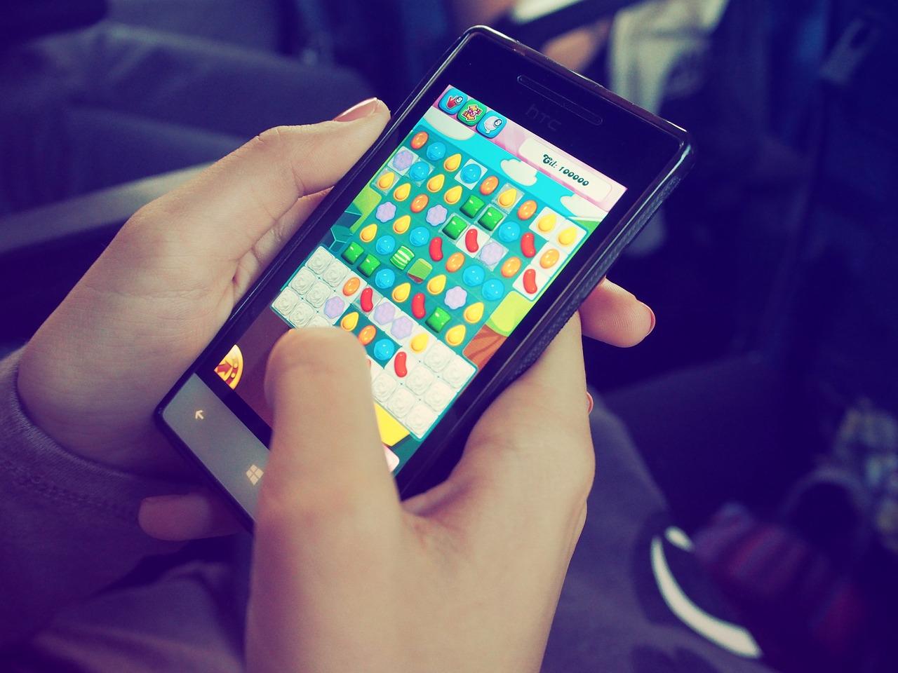 Kobiety grają na smartfonach więcej niż mężczyźni