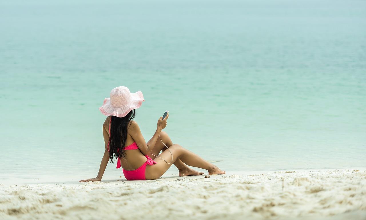 Akcesoria do smartfona przydatne na wakacjach w plenerze